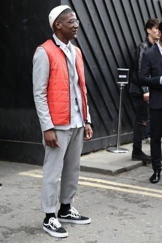 Outfits hombres: Equípate un chaleco de abrigo acolchado naranja con un traje gris para un perfil clásico y refinado. Tenis de lona en negro y blanco añadirán un nuevo toque a un estilo que de lo contrario es clásico.