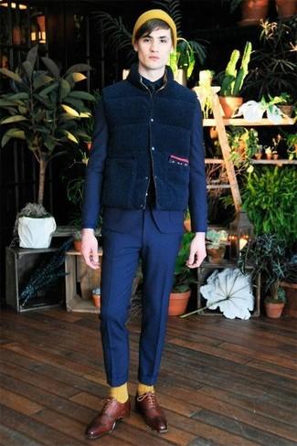 Cómo combinar: chaleco de abrigo de lana azul marino, traje azul, camisa de vestir azul marino, zapatos oxford de cuero burdeos