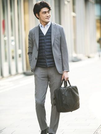 Cómo combinar: chaleco de abrigo negro, traje de lana gris, camisa de vestir de rayas verticales celeste, zapatos derby de cuero negros
