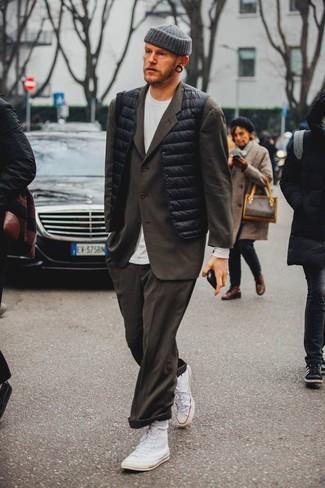 Cómo combinar un traje en marrón oscuro: Opta por un traje en marrón oscuro y un chaleco de abrigo negro para rebosar clase y sofisticación. ¿Te sientes valiente? Completa tu atuendo con zapatillas altas de lona blancas.