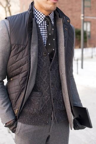 Cómo combinar un chaleco de abrigo acolchado en gris oscuro: Emparejar un chaleco de abrigo acolchado en gris oscuro con un traje de lana gris es una opción grandiosa para una apariencia clásica y refinada.