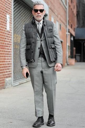 Cómo combinar un chaleco de abrigo acolchado en gris oscuro: Emparejar un chaleco de abrigo acolchado en gris oscuro con un traje gris es una opción perfecta para una apariencia clásica y refinada. Opta por un par de zapatos derby de cuero negros para mostrar tu inteligencia sartorial.