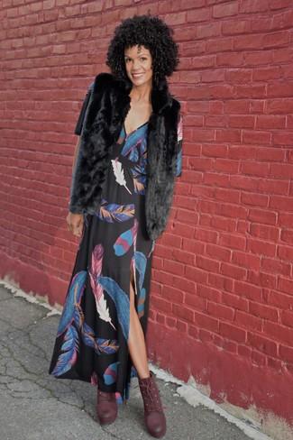 Cómo combinar: chaleco de pelo negro, vestido largo estampado negro, botines con cordones de cuero burdeos