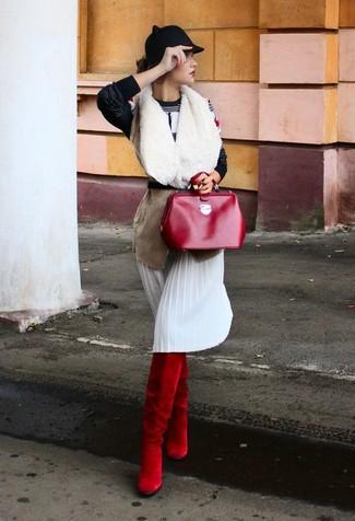 Cómo combinar: chaleco de piel de oveja en beige, jersey con cuello circular estampado en negro y blanco, falda midi plisada blanca, botas de caña alta de ante rojas