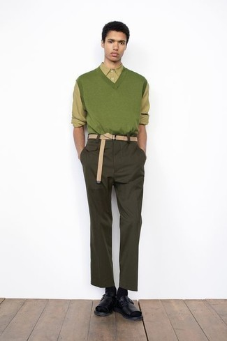 Cómo combinar una correa de lona en beige: Para un atuendo tan cómodo como tu sillón intenta combinar un chaleco de punto verde con una correa de lona en beige. Si no quieres vestir totalmente formal, haz sandalias de cuero negras tu calzado.