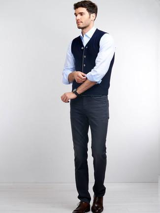 Cómo combinar unos vaqueros para hombres de 30 años: Un chaleco de punto azul marino y unos vaqueros son una gran fórmula de vestimenta para tener en tu clóset. Zapatos derby de cuero burdeos proporcionarán una estética clásica al conjunto.