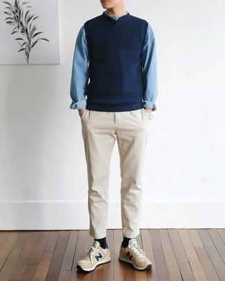 Cómo combinar un pantalón chino en beige: Opta por un chaleco de punto azul marino y un pantalón chino en beige para las 8 horas. Haz este look más informal con tenis marrón claro.