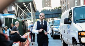Cómo combinar: chaleco de vestir de rayas verticales azul marino, camisa de vestir blanca, pantalón de vestir negro, corbata a lunares negra
