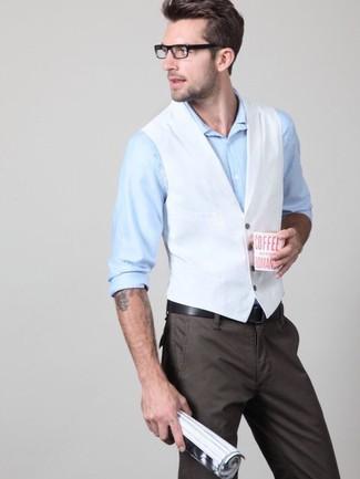 Cómo combinar: chaleco de vestir blanco, camisa de vestir celeste, pantalón chino en marrón oscuro, correa de cuero negra