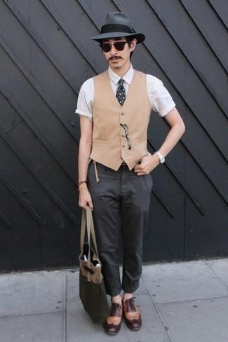 Cómo combinar un chaleco de vestir: Intenta ponerse un chaleco de vestir y un pantalón chino en gris oscuro para rebosar clase y sofisticación. Zapatos brogue de cuero marrón claro son una opción práctica para complementar tu atuendo.
