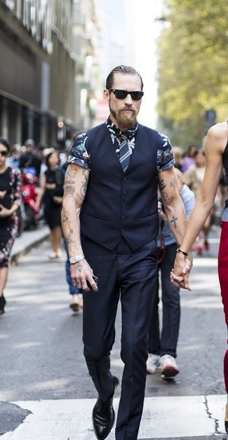 Cómo combinar: chaleco de vestir negro, camisa de manga corta con print de flores azul marino, pantalón de vestir negro, zapatos derby de cuero negros