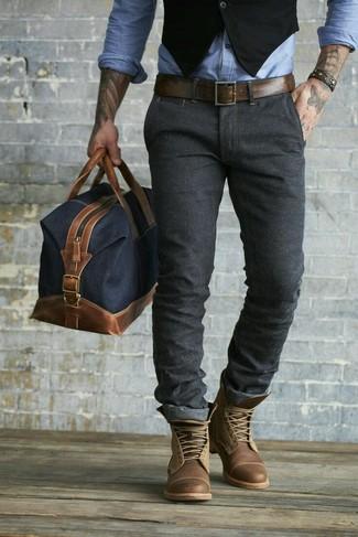 Luce lo mejor que puedas en un chaleco de vestir negro y unos pantalones. Botas casual de cuero marrónes añaden un toque de personalidad al look.