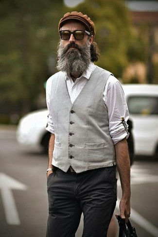 Cómo combinar: chaleco de vestir gris, camisa de manga larga a lunares blanca, pantalón chino en gris oscuro, gorra inglesa marrón