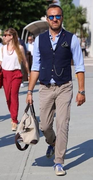 Cómo combinar: chaleco de vestir azul marino, camisa de manga larga de cambray celeste, pantalón chino en beige, tenis de ante en beige