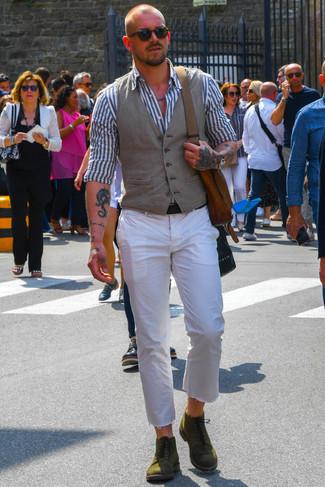 Cómo combinar un bolso mensajero de cuero marrón: Equípate un chaleco de vestir gris junto a un bolso mensajero de cuero marrón para una apariencia fácil de vestir para todos los días. ¿Te sientes ingenioso? Dale el toque final a tu atuendo con botas casual de ante verde oliva.