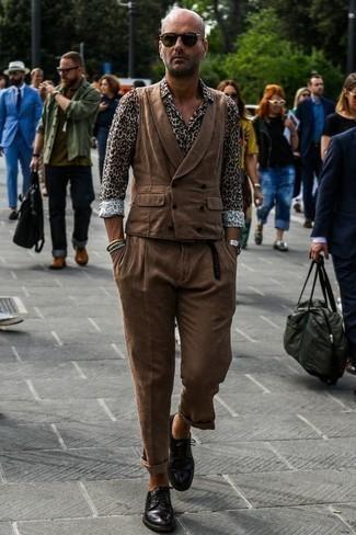 Cómo combinar un chaleco de vestir marrón: Considera emparejar un chaleco de vestir marrón junto a un pantalón chino marrón para un perfil clásico y refinado. Zapatos derby de cuero negros son una opción práctica para completar este atuendo.