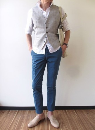 Cómo combinar un mocasín de ante en beige: Casa un chaleco de vestir gris con un pantalón chino azul para rebosar clase y sofisticación. Mocasín de ante en beige son una opción incomparable para completar este atuendo.