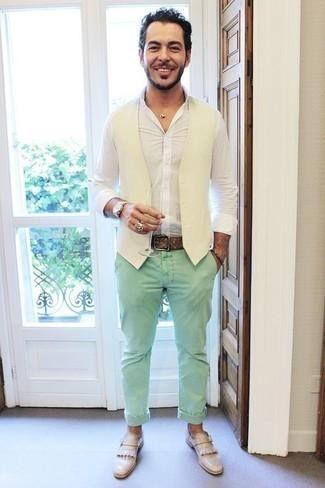 Cómo combinar un chaleco de vestir: Utiliza un chaleco de vestir y un pantalón chino en verde menta para un perfil clásico y refinado. Mocasín de cuero сon flecos en beige son una opción perfecta para complementar tu atuendo.