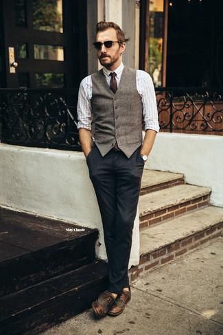 Cómo combinar: chaleco de vestir de lana marrón, camisa de manga larga de rayas verticales blanca, pantalón de vestir azul marino, zapatos brogue de cuero en marrón oscuro