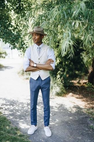 Cómo combinar: chaleco de vestir en beige, camisa de manga larga a cuadros en blanco y azul, pantalón de vestir a cuadros azul, tenis de cuero blancos