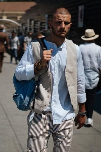 Cómo combinar: chaleco de vestir en beige, camisa de manga larga blanca, pantalón de vestir de rayas verticales marrón, mochila de lona azul