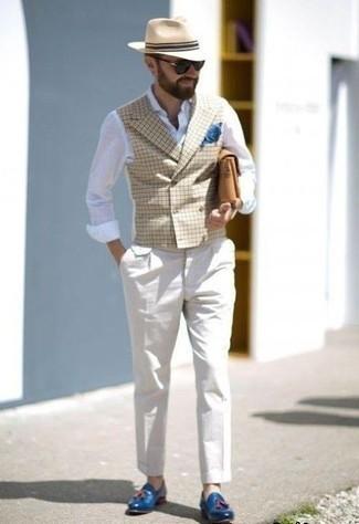 Cómo combinar una camisa de manga larga de lino blanca: Elige una camisa de manga larga de lino blanca y un pantalón de vestir blanco para una apariencia clásica y elegante. Mocasín con borlas de cuero azul son una opción grandiosa para completar este atuendo.
