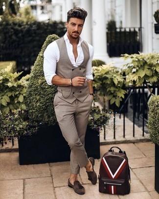 Cómo combinar un pantalón de vestir a cuadros: Considera emparejar un chaleco de vestir a cuadros marrón claro junto a un pantalón de vestir a cuadros para rebosar clase y sofisticación. ¿Quieres elegir un zapato informal? Usa un par de mocasín con borlas de ante en marrón oscuro para el día.