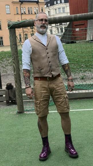 Cómo combinar: chaleco de vestir de lana marrón claro, camisa de manga larga blanca, pantalones cortos marrón claro, botas casual de cuero morado oscuro