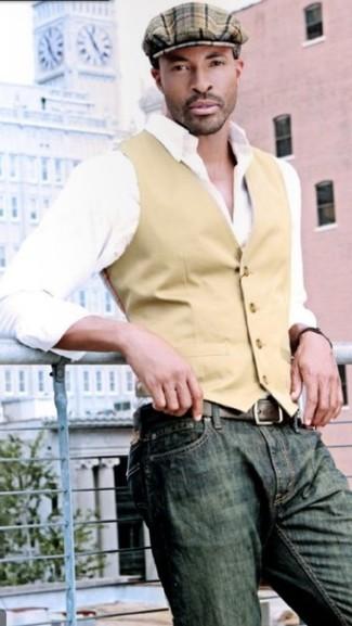 Cómo combinar: chaleco de vestir marrón claro, camisa de manga larga blanca, vaqueros verde oliva, gorra inglesa de tartán marrón