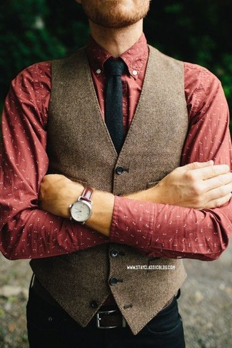 Cómo combinar: chaleco de vestir de lana de espiguilla marrón, camisa de manga larga estampada roja, vaqueros negros, corbata de lana negra