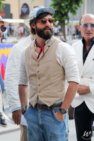 Cómo combinar: chaleco de vestir en beige, camisa de manga larga de lino blanca, vaqueros celestes, gorra de béisbol celeste
