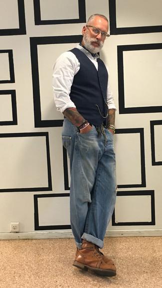 Cómo combinar unos vaqueros desgastados azules: Usa un chaleco de vestir de tartán azul marino y unos vaqueros desgastados azules para conseguir una apariencia relajada pero elegante. Dale un toque de elegancia a tu atuendo con un par de botas casual de cuero marrónes.