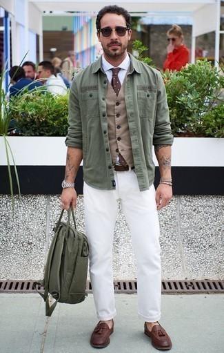 Cómo combinar un mocasín con borlas de cuero marrón: Casa un chaleco de vestir marrón claro con unos vaqueros blancos para un perfil clásico y refinado. Con el calzado, sé más clásico y opta por un par de mocasín con borlas de cuero marrón.