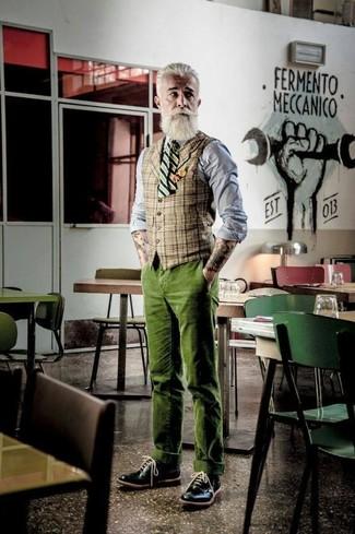 Cómo combinar: chaleco de vestir de tartán marrón claro, camisa de vestir de cambray gris, pantalón chino de pana verde oliva, zapatos brogue de cuero negros