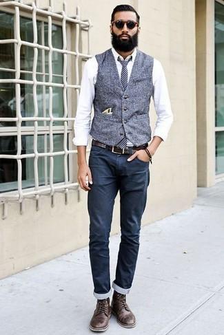 Cómo combinar: chaleco de vestir de lana gris, camisa de vestir blanca, pantalón chino azul marino, botas casual de cuero en marrón oscuro