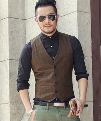 Cómo combinar: chaleco de vestir en marrón oscuro, camisa de vestir negra, pantalón chino verde, correa de cuero negra