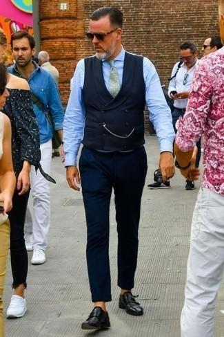 Cómo combinar una corbata estampada verde: Empareja un chaleco de vestir azul marino con una corbata estampada verde para un perfil clásico y refinado. ¿Por qué no añadir zapatos con doble hebilla de cuero negros a la combinación para dar una sensación más relajada?