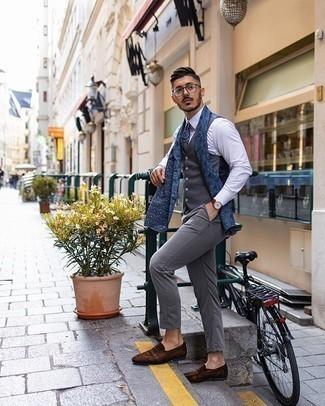 Cómo combinar una corbata de paisley azul marino: Emparejar un chaleco de vestir en gris oscuro junto a una corbata de paisley azul marino es una opción perfecta para una apariencia clásica y refinada. ¿Quieres elegir un zapato informal? Haz mocasín de ante en marrón oscuro tu calzado para el día.