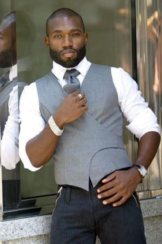 Cómo combinar: chaleco de vestir gris, camisa de vestir blanca, pantalón de vestir de rayas verticales en gris oscuro, corbata de seda gris