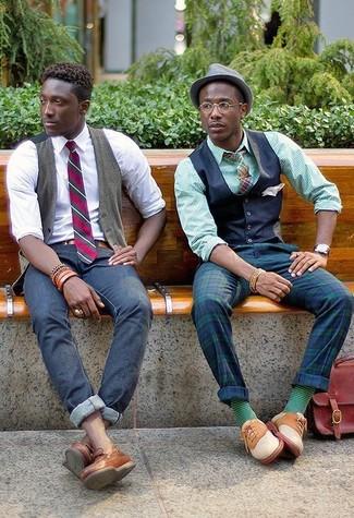 Cómo combinar: chaleco de vestir azul marino, camisa de vestir de rayas verticales verde, pantalón de vestir de tartán en azul marino y verde, zapatos oxford de ante en beige