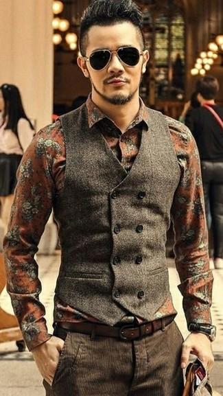 Cómo combinar: chaleco de vestir de lana en marrón oscuro, camisa de vestir con print de flores naranja, pantalón de vestir de pana en marrón oscuro, correa de cuero en marrón oscuro
