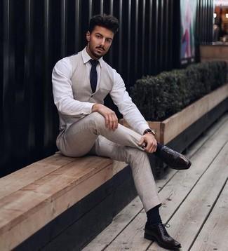Cómo combinar un pantalón de vestir en beige: Elige un chaleco de vestir en beige y un pantalón de vestir en beige para una apariencia clásica y elegante. ¿Quieres elegir un zapato informal? Completa tu atuendo con zapatos oxford de cuero en marrón oscuro para el día.