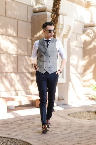 Cómo combinar unos zapatos con doble hebilla de cuero marrónes en verano 2020: Considera emparejar un chaleco de vestir gris junto a un pantalón de vestir azul marino para una apariencia clásica y elegante. Zapatos con doble hebilla de cuero marrónes añaden un toque de personalidad al look. Un look perfecto para tus días de verano. ¡Nos gusta!