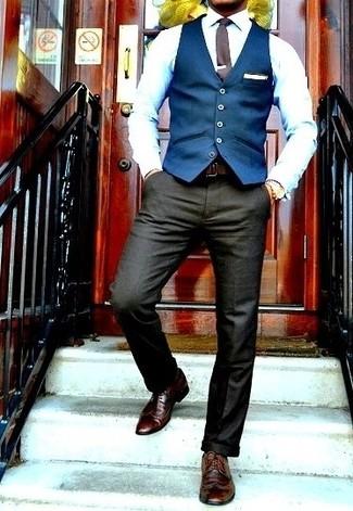 Emparejar una parte de arriba azul junto a un pantalón de vestir gris oscuro es una opción inmejorable para una apariencia clásica y refinada. Zapatos brogue de cuero marrón oscuro resaltaran una combinación tan clásico.