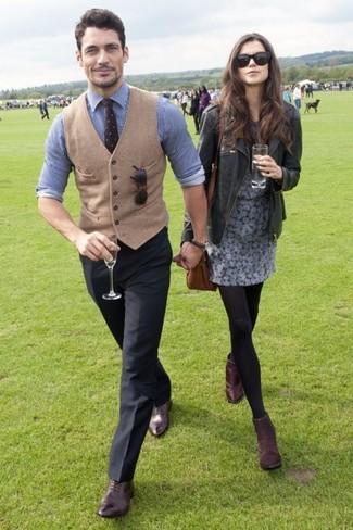 Cómo combinar: chaleco de vestir de lana marrón claro, camisa de vestir de rayas verticales en blanco y azul, pantalón de vestir negro, zapatos oxford de cuero marrónes