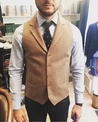 Cómo combinar: chaleco de vestir de lana marrón claro, camisa de vestir blanca, vaqueros azul marino, corbata de punto negra