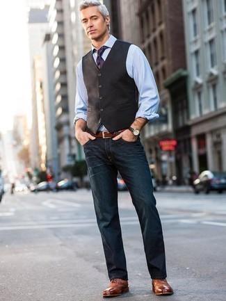 Cómo combinar una corbata de rayas horizontales azul marino: Haz de un chaleco de vestir en marrón oscuro y una corbata de rayas horizontales azul marino tu atuendo para un perfil clásico y refinado. Si no quieres vestir totalmente formal, elige un par de zapatos brogue de cuero en tabaco.
