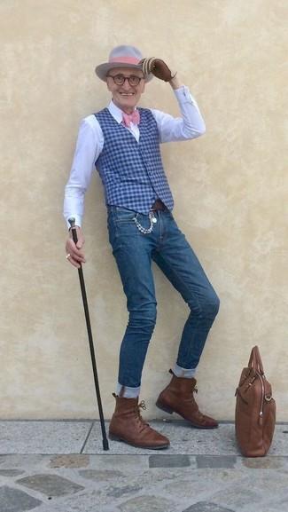 Cómo combinar: chaleco de vestir de cuadro vichy azul, camisa de vestir blanca, vaqueros pitillo azules, botas formales de cuero marrónes