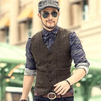 Cómo combinar: chaleco de vestir de lana verde oliva, camisa vaquera de camuflaje azul marino, vaqueros negros, gorra inglesa de tartán gris