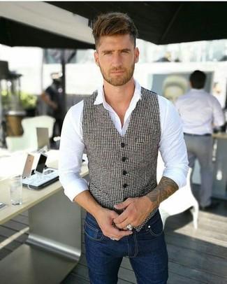 Cómo combinar: chaleco de vestir de pata de gallo en blanco y negro, camisa de vestir blanca, vaqueros pitillo azul marino
